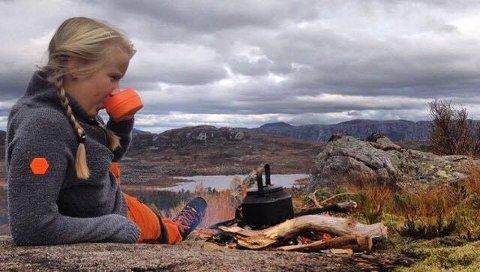 Karen Malena Kyllesø liker å lage mat på primusen.