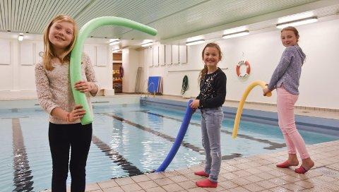 GLEDER SEG: – Nå slipper vi å kjøre til Drammen for å leke i bassenget,sier Ingrid Ellenes (10) fra Berger. foto: Emma Huisman Moskvil