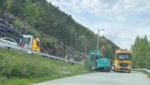 Tirsdag var entreprenøren i gang langs Svelvikveien igjen. De installerer nytt autovern.