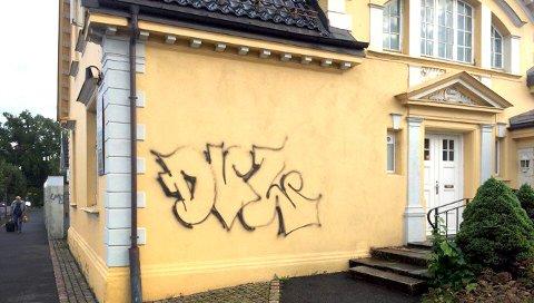 DVL: Denne signaturen dukker stadig opp flere steder i byen, til bygningseiere og politiets frustrasjon. FOTO: PRIVAT