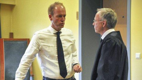 FRA RETTSSAKEN: Forsvarer for 30-åringen som ble frifunnet for drap, advokat Espen Refstie (til venstre), er her i en samtale med statsadvokat Petter Sødal, som var en av to aktorer i saken. Bildet er fra rettssaken.