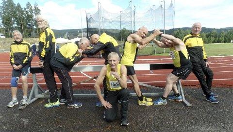 GULLGUTTEN: Gunnar Eckhoff (fra venstre), Ola Hilstad, Arvid Fjærli, Henry Opland, Ivar Hjelseth, Tron Kjønnø og Torbjørn Garshol gir sin hyllest til Stein Ohr med å lage tallet 100. Ohr har nå vunnet 100 NM-gull i friidrett.