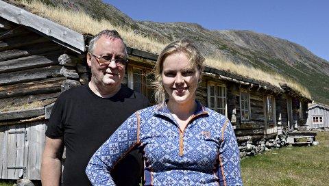 Tor Helge Gravem og Eli Bæverfjord Rye på Inner Gammelsetra i Grøvudalen i Sunndal. I Grøvudalen har det vært avholdt seterkurs siden 1972.