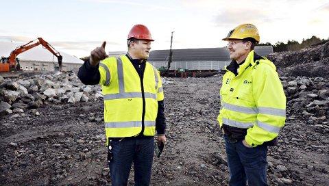 Daglig leder Per Inge Storvik i Atlanten Idrettspark (til venstre) og prosjektleder Erling Brevik i Mekvik konstaterer at arbeidet med å bygge nye Atlanten stadion går for fullt. Nå har det kommet fram at en beregningsfeil ser ut til å gjøre arbeidet et tosifret antall millioner dyrere.