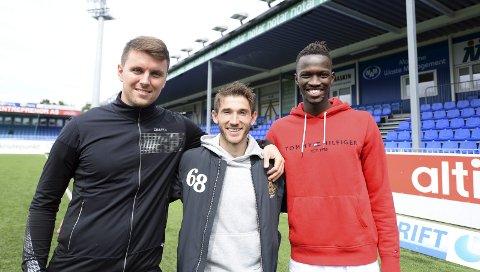 Tett på: Andreas Hopmark (fra venstre), Liridon Kalludra og Amidou Diop har åpnet dørene sine for Tidens Krav. I den nye serien Fotballsangen blir vi med hjem til de tre KBK-gutta.