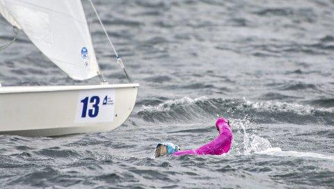 Havnet i vannet: Susanne Mari Brevik havnet i vannet under de tøffe forholdene i Fanafjorden sist helg. Hun måtte svømme tilbake til båten «Lille Flirt».foto: fanaposten