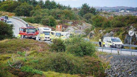 Fem personer måtte ha helsehjelp etter at en personbil og en bobil kolliderte på Atlanterhavsveien lørdag ettermiddag.