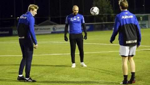 Med avstand: Eirik Andersen (fra venstre), Joakim Bjerkås, Joakim Øksenvåg og resten av Dahles A-lag har trent etter koronareglementet i flere måneder. Spillere i breddefotballen håper de snart kan trene fullkontakt igjen.