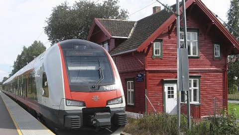 FRAMTIDEN: Samferdselminister Ketil Solvik Olsen (FrP) hadde tatt turen til Råstad stasjon for å snakke om framtiden til jernbanen i Norge på Jernbaneklubb avdeling Vestfold sitt medlemsmøte.