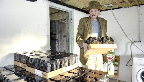 Egeninnsats: Roger Rossvoll i full sving med å bære inn 1600 liter Haakon Mack i kjelleren. Dette er min måte å vise forbrukermakt på, sier Rossvoll.