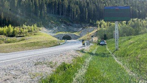 KJØRTE UT: Sporene viser tydelig hvordan bilen har kjørt ut i en slak sving nord for Strømnestunnelen i Malm.