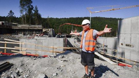 Skikkelig morsomt: - Her kommer den, sier en begeistret Arne Thorvald Aanonsen om den kommende videregående skolen ved Mjåvann.