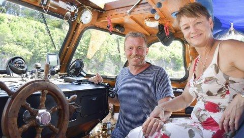 Kaptein og mannskap: Linda Mari Wiig Turner og Kai Turner er så glad i å være på sjøen at de har bestemt seg for å leve i båt hele året. Foto: Anne Dehli