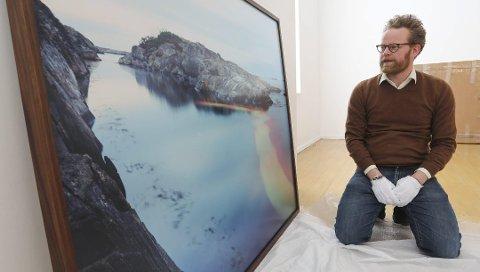 Kunstfotograf Ole Brodersen fikk i 2017 kulturstipend fra Risør kommune. Nå stiller han ut i Kunstparken, som takk for pengene. Foto: Stig Sandmo