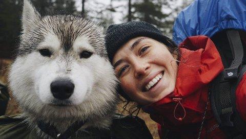Friluftsliv: Luise Engesvik og huskyen Nord på første etappe til Skarsbu i regn og tåke. Hun deler sine turbilder på Instagram under navnet luiseengesvik.
