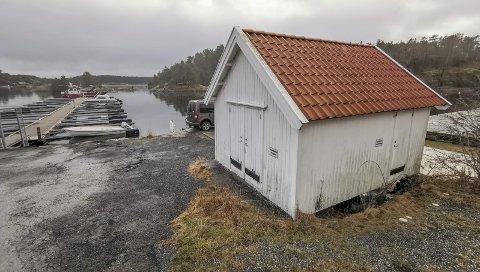 Dypvåg: Denne bua har fått en takst på én million kroner. Bua, som tidligere var mellager for en butkk som lå her, går under navnet «Melbua».