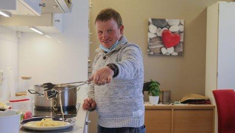 Kokken: Gard Dybing er en av dem som er med i Arbeidsglede Tvedestrand. Mandag testet han ut deres nye lokaler i det gamle gymnasbygget på Lyngmyr. Flere av de slitne klasserommene har blant annet blitt innredet med kjøkken. Foto: Marianne Stene