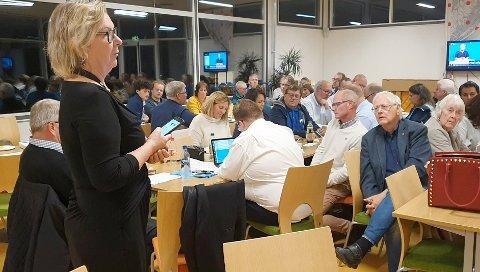 VIKTIGE JUSTERINGER:Ordfører Hilde Thorkildsen (A) leser opp mandatfordelinga under valgvaka i rådstua etter at 99,8 prosent av stemmene er talt opp seint mandag kveld.