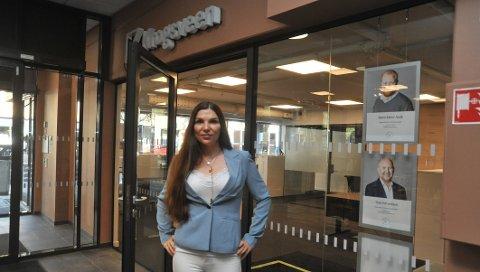 MERSENTRALT:Avdelingsleder Elisabeth Hanssen utenfor det nye kontoret til Krogsveen på Mosenteret.