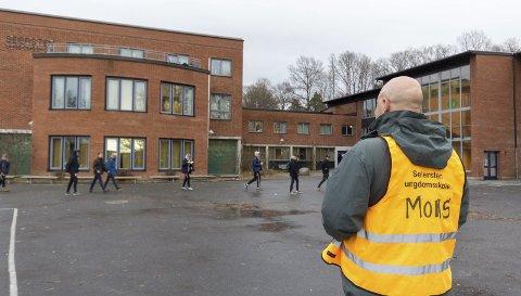 Inspiserer: Skolen vurderer økt tilstedeværelse av voksne på skolen. Her inspiserer lærer Mons Rudjord skolegården i et friminutt.Foto: Tora Lind Berg