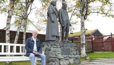 PÅ BENKEN VED BERGMANNENS OG HANS HUSTRU: Hans Svenne er en stor samler av norsk skjønnlitteratur, manuskript og brev, og har tidligere gitt ut en rekke Falkberget-publikasjoner samt bibliografien i to bind. Nå kommer han med enda flere småskrifter om og med Falkberget.
