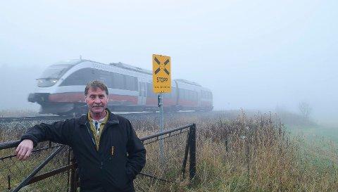 PLAGES AV STØY: Stein Ragnar Kroken i Løten plages av tuting fra togene på Rørosbanen.