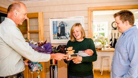 Ordfører Ola Nordal kunne i oktober ønske innbygger nr. 20.000 velkommen til Ås kommune. På bildet overleverer han blomster og en inngravert skje til Lille Johannes, mamma Hanne Liv og pappa Martin Østtveit-Moe.