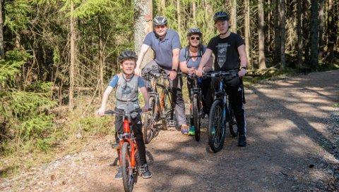 PÅ TUR: Sykkelfamilien Stenhaug/Norum nyter påskeværet i Kroerløypa. Fra venstre Mathias (9), Eivind Norum, Gro Stenhaug, og Adrian (15).
