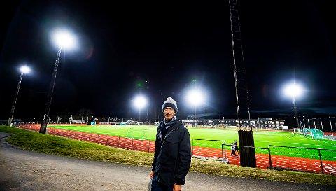 LYS BLIR POLITIKK: Gisle Bjørneby (SP) stiller spørsmål til ordføreren i kommunestyret om flombelysningen på Ås stadion som lyser opp hele nabolaget om kvelden.