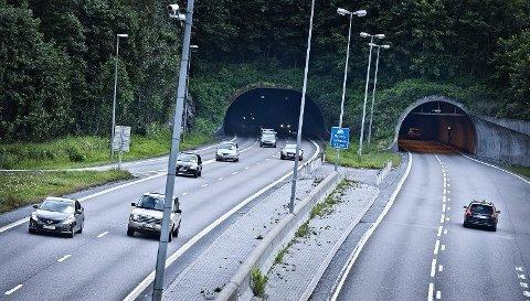 SNITTFART PÅ 144 KM/T: Føreren av en Tesla model 3 holdt altfor høy fart gjennom Nordbytunnelen. Bak ham lå en UP-bil i sivil.