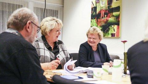 LO: Latteren satt løst hos ordfører Løite og rådmann Neset da politivedtekter fra 30-tallet ble lest opp.  Foto: Marianne stene
