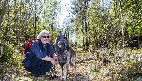 Terje Endre Pedersen holder hunden Aron i aktivitet fire ganger daglig – i bånd. Nå drømmer han om en hundepark hvor Aron kan løpe fritt.