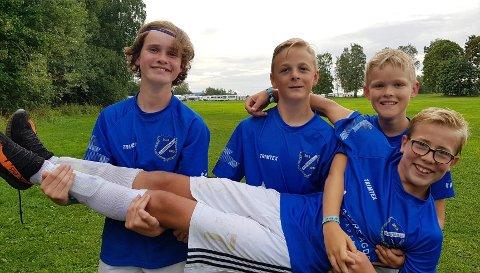 MÅLMASKIN: Christian Berger Ausland løftes frem av de andre målscorerne mot Sund/Skogsvåg.