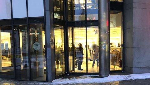 Politiet rykket ut for å kontrollere en kvinne som befant seg inne på H&M i Nygata tidlig tirsdag morgen.