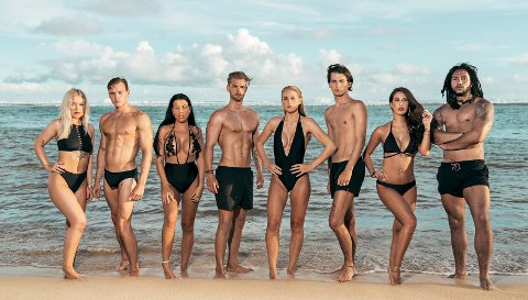 Desse åtte skal levere mykje drama på TV Norge framover. Adrian Sellevoll er nummer tre frå høgre. Men dei to første episodane har berre blitt sett av 64.000 og 89.000 sjåarar.
