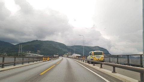 Politiet drog til Nordhordlandsbrua etter melding om at tre personar tok seg inn i stillaset.