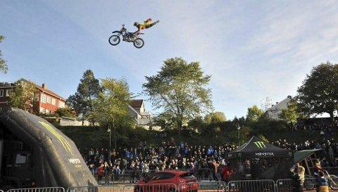 Hopper med sykkel: 5. juni skal duoen utføre noen av verdens farligste triks ved hjelp av en spesialbygget hopp- og landingsrampe i Melenci park i Fauske sentrum. Her fra et tidligere show. Begge foto: Privat