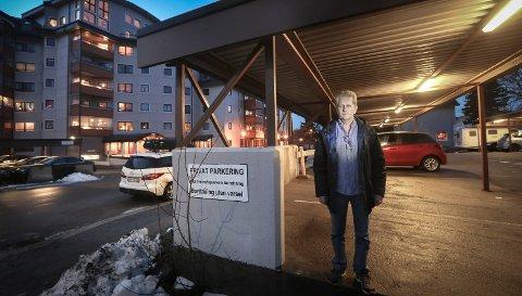 Roy Arne Østensen og beboere ved Sivert Nilsens gate 52 mister parkeringsplassene.
