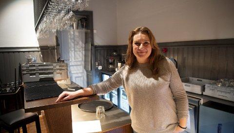 NY BAR: Gamle Logen Bar er pusset opp. Nå skal den fylles med blant annet fortellerverkstedet «Svermare», opplyser teatersjef Solrun Toft Iversen. FOTO: SKJALG EKELAND