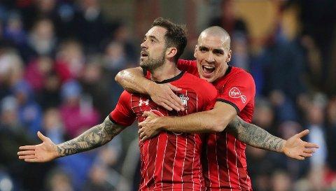 Danny Ings feirer scoringen sin mot Huddersfield sammen med Oriol Romeu.  (Richard Sellers/PA via AP)