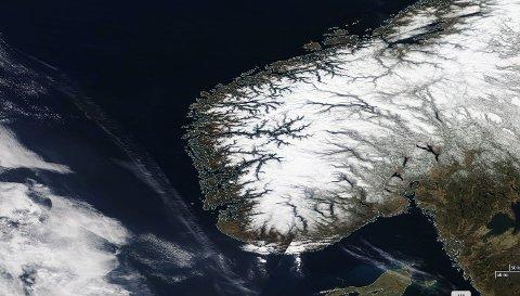 Slik ser Sør-Norge ut fra Nasas satelitt. Klarvær over hele linjen.