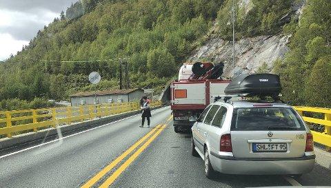 Masfjordtunnelen var stengt i nesten en time mandag ettermiddag.