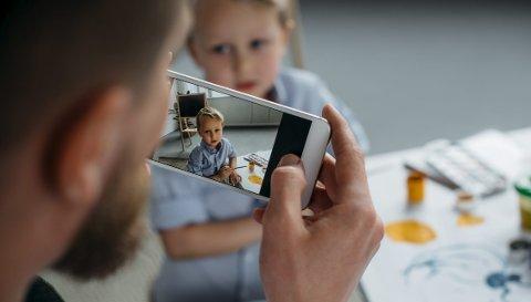 – Etter loven er det foreldrene som skal ta avgjørelser på vegne av barna. Gir dette et godt nok vern når det er foreldrene som eksponerer barna på nett? spør innleggsforfatteren. Foto: Shutterstock