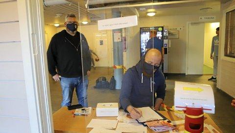 Ronny Nilsen (t.v.),  og billettselger Aleksander Løkling sørger for riktig smittevern.
