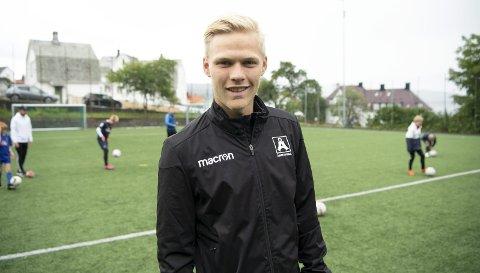 Håkon Lorentzen jobber på fotballfritidsordning som trener ved siden av å være fotballspiller i Åsane. I fremtiden håper han å kunne være heltidsproff igjen.