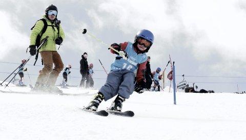 Ian Yiyang Wang koste seg som vanlig med ski under beina i helgen, da det var Vestlandsmesterskap i alpint i Myrkdalen. I bakgrunnen følger pappa Shou nøye med, de to bruker hver helg i vinterhalvåret på fjellet.