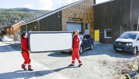 UTRYKNING MED SENG:  Trude Stillingen og Roy Kopås skal for første gang sove i den nye ambulansestasjonen i natt. Tirsdag bar de senga over fra den gamle (det gule bygget i bakgrunnen) og over til den topp moderne og splitter nye stasjonen på Noresund.