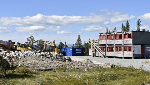 RIGGET OG KLART: Arbeidet på tomtene er i gang og brakkeriggen står klar. Det er Hæhre som eier området ved Fossliseteråsen. Salgsstart er etter planen mai 2018. FOTO: Torunn Bratvold
