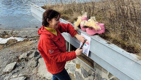 PÅSKEJAKT: Fivillighetskoordinator Kari Mette Høstvik plasserer ut de rosa platåcroksene som har en viktig rolle i årets påskerebus som du kan delta i.