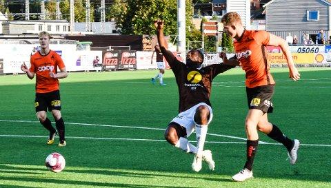 NESTEN FOR OCCEAN: Olivier Occean ville ha straffe i denne situasjonen i 1. omgang, men dommer Bjørn Hansen lot spillet gå.